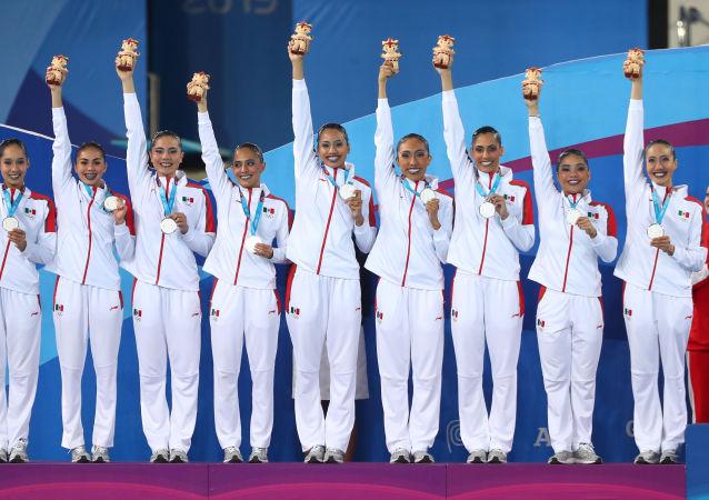 Equipo mexicano de nado sincronizado luego de ganar una medalla de plata en los Juegos Panamericanos de Lima 2019
