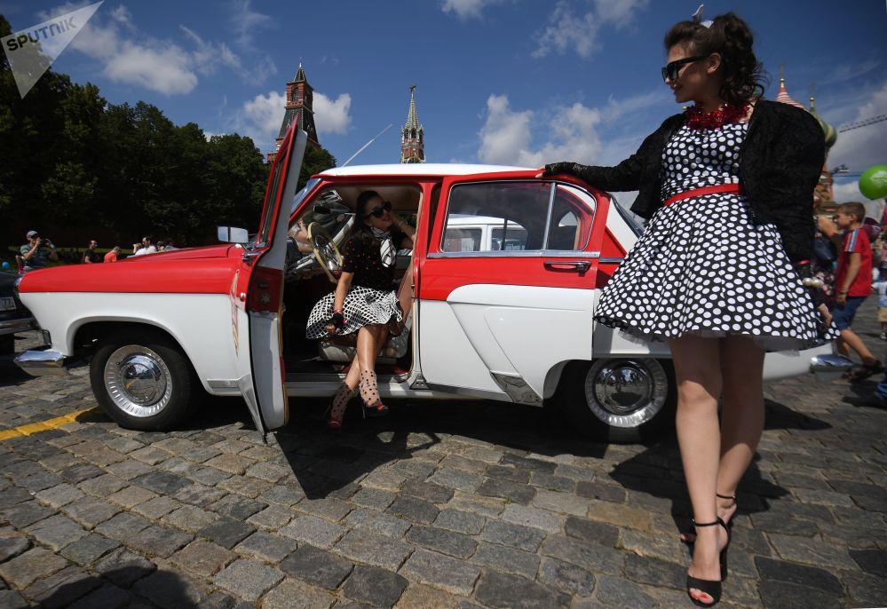 Bailes, tanques y automóviles retro: estas son las fotos de la semana