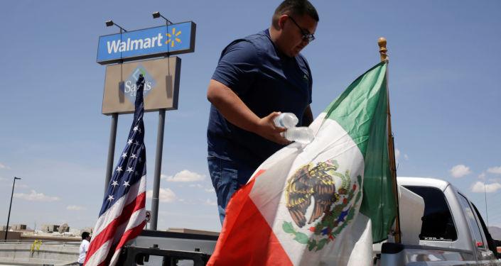 Banderas de EEUU y México en el lugar del tiroteo en El Paso, Texas