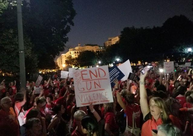 Los demostrantes llevan el letrero contra la violencia armada