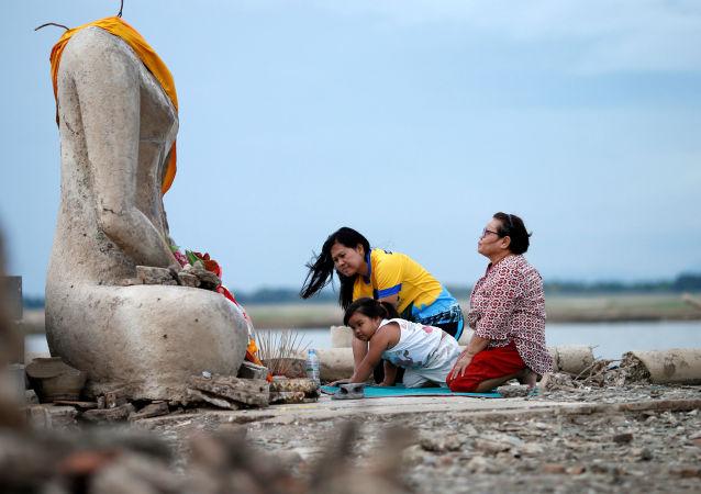 Un templo budista resurge después de una sequía en Tailandia