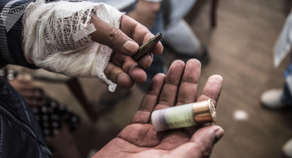 Un hombre muestra el casquillo encontrado tras la operación en Kirguistán