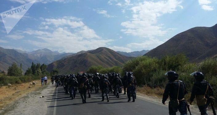La Policía kirguís cerca de la localidad Koi Tash donde reside Almazbek Atambáev