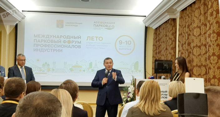 Gobernador de la región de Volgogrado saluda a delegados del Foro