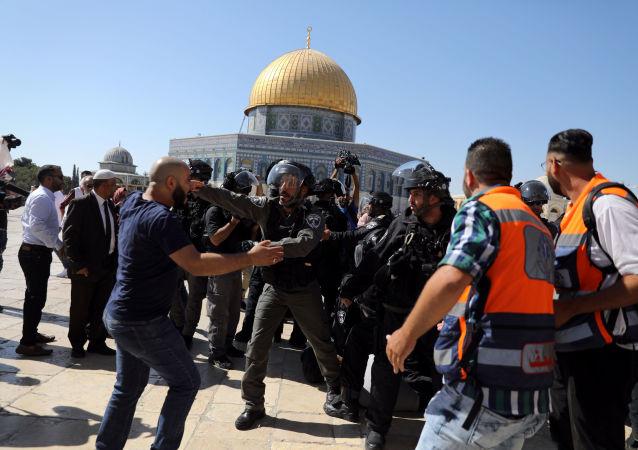 Enfrentamientos entre musulmanes y policía israelí en la Explanada de las Mezquitas