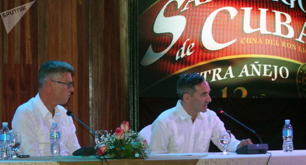 El presidente de Producción y Compras Globales de Diageo, David Cutter, y el presidente de la nueva empresa mixta Ron Santiago S.A., Lucas Cesarano