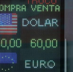 Un hombre mira la devaluación del peso argentino frente al dólar en una pantalla