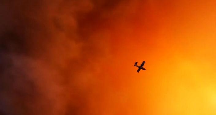 Un avión apaga incendios en Grecia
