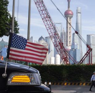 Oficiales de policía de tráfico chinos caminan junto a una bandera estadounidense en un coche de la embajada en Shanghái