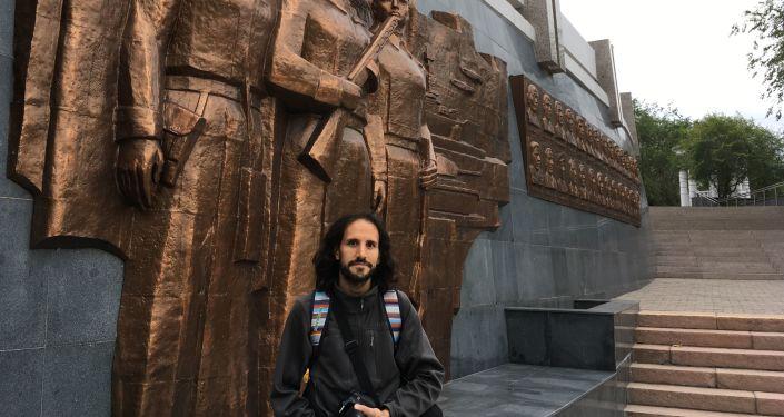 Pablo Badillo en Ulán-Udé, cerca del monumento a los participantes de la Gran Guerra Patria de la república de Buriatia