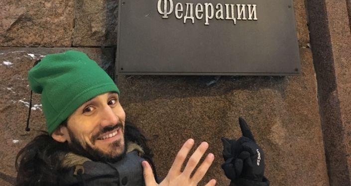 Pablo cerca del Ministerio de Educación y Ciencia ruso