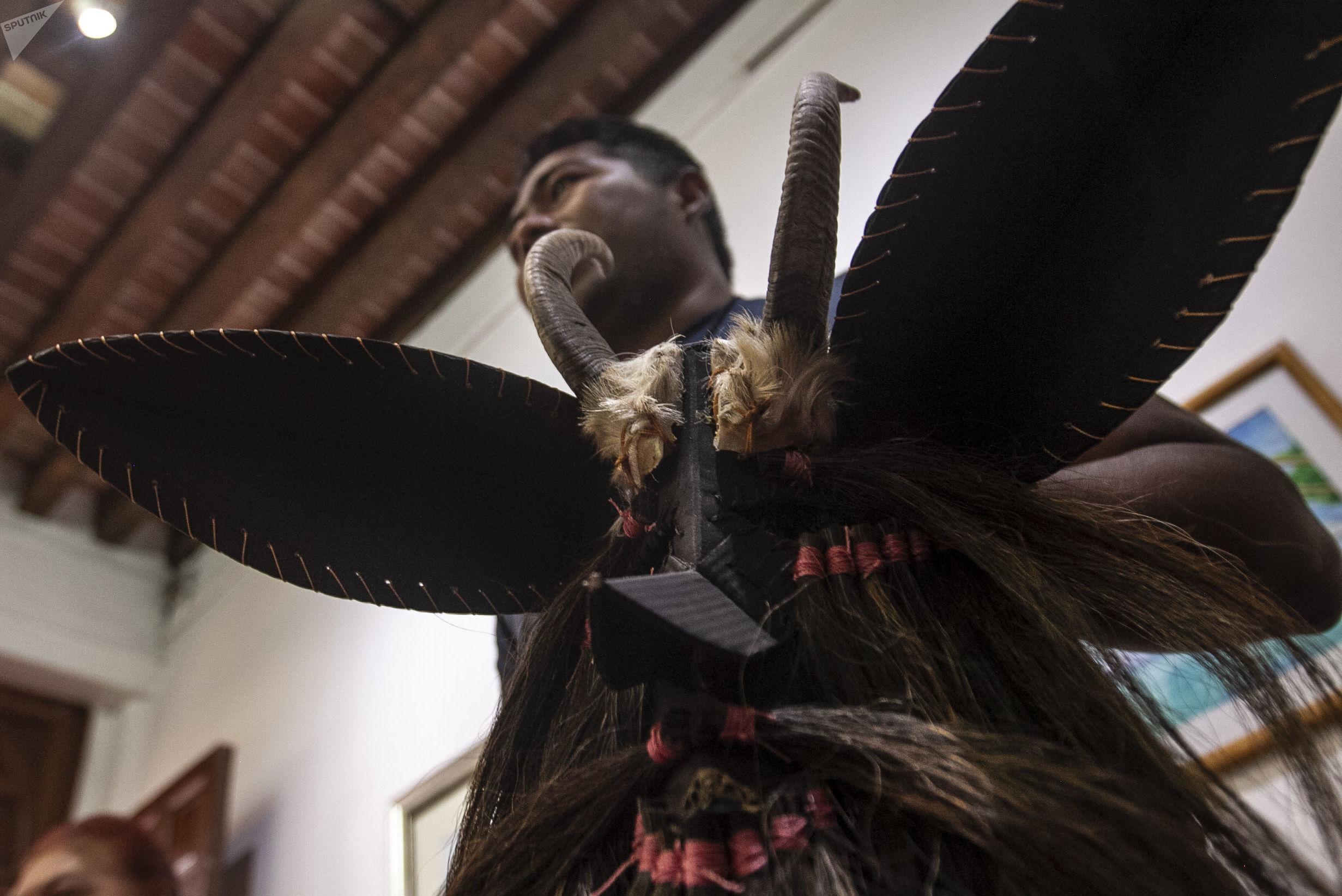 Hugo Arellanes, maestro mascarero, durante un taller para fabricar mascaras de la danza 'Diablos de Cuajuinicuilapa' del Estado Guerrero