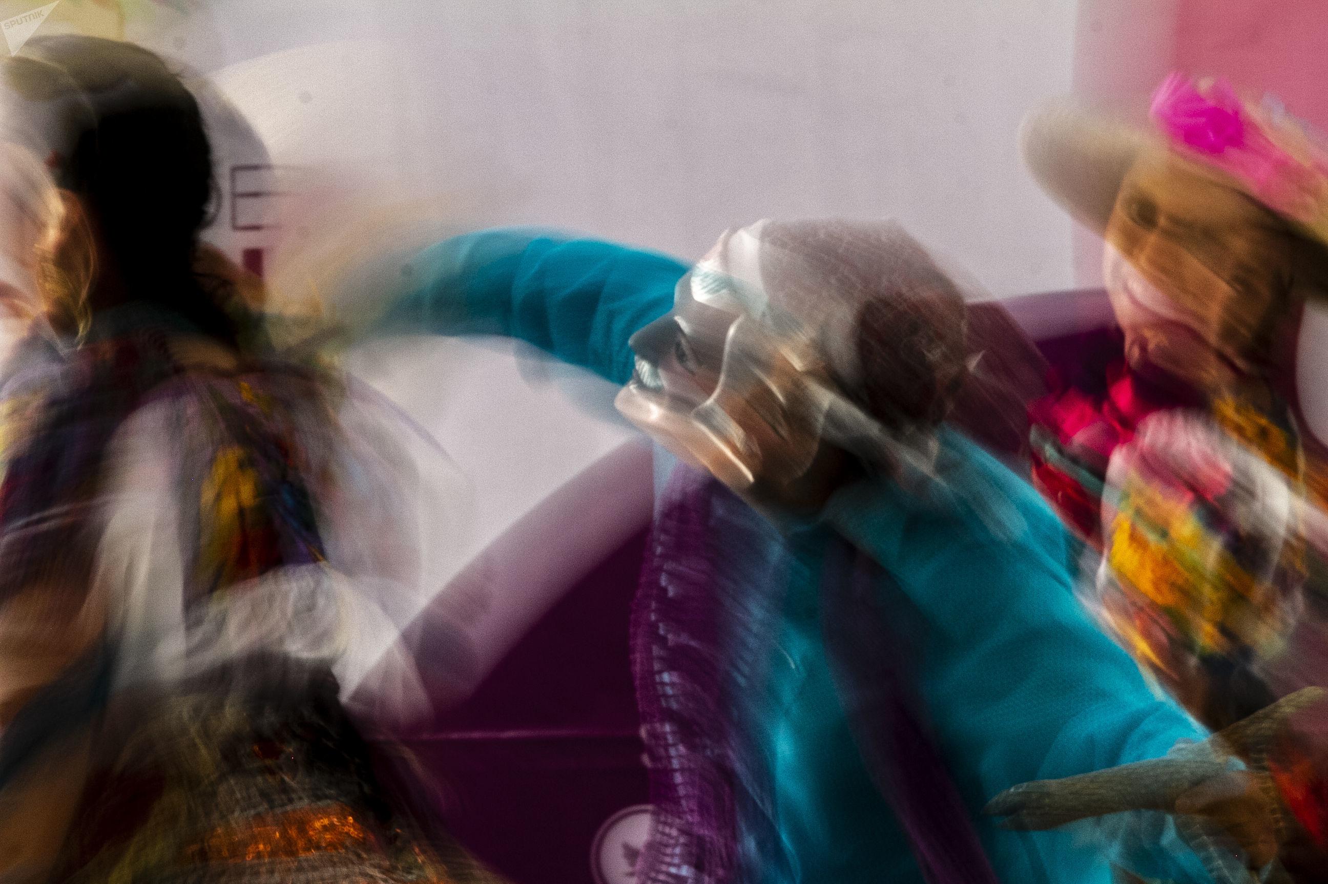 """Miembros de la """"Danza Tradicional de la UNAM"""" representan la Danza de los Alchileos duarte el tercer encuentro nacional de mascareros"""