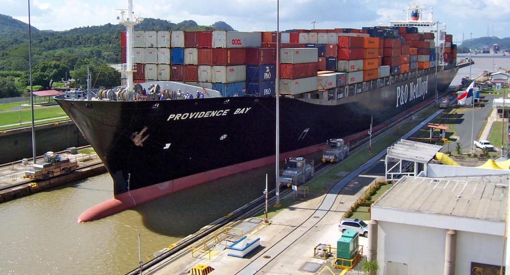 Un buque en el Canal de Panamá