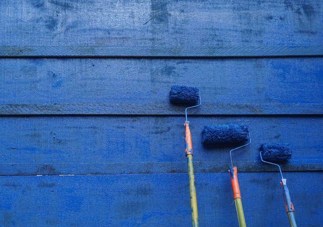 Una pared pintada de azul