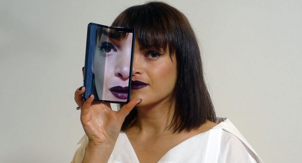 Una joven con un smartphone en la mano