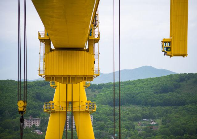 La cabina del operador de la supergrúa Goliat en el astillero Zvezda