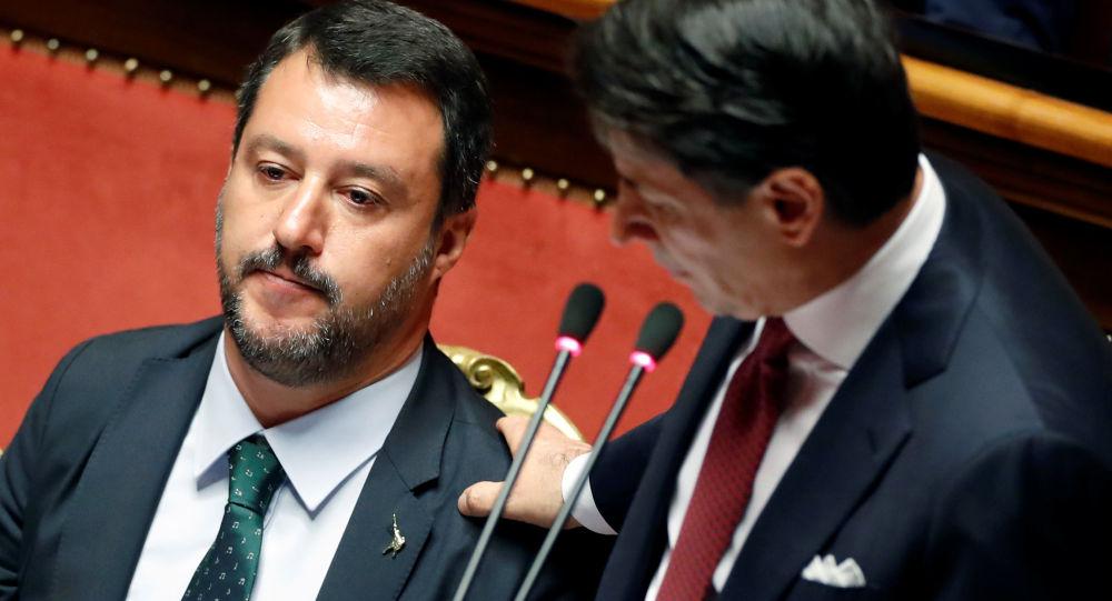 Matteo Salvini (izda.) y Giuseppe Conte (dcha.), políticos italianos