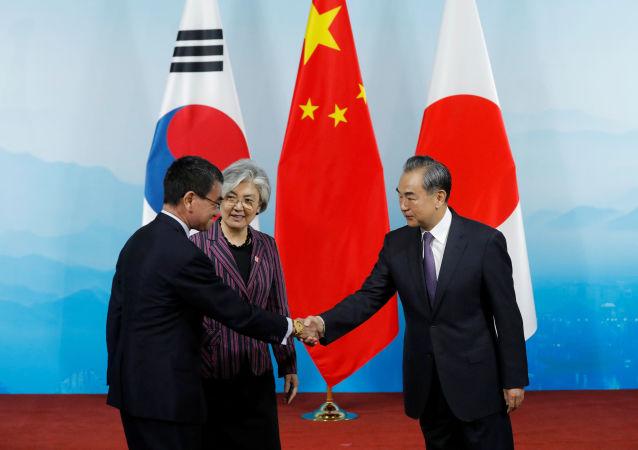 El ministro de Exteriores nipón, Taro Kono, con sus homólogos surcoreana, Kang Kyung-hwa, y chino, Wang Yi