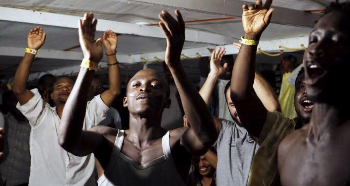 Migrantes a bordo del barco Open Arms