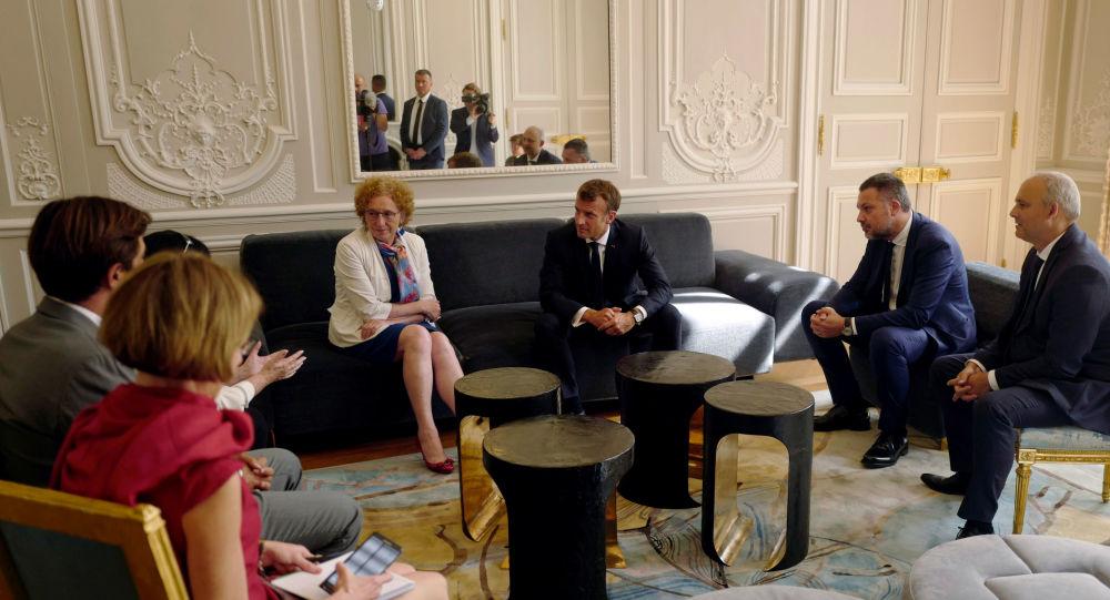 El presidente de Francia, Emmanuel Macron lleva el discurso en la cumbre de G7