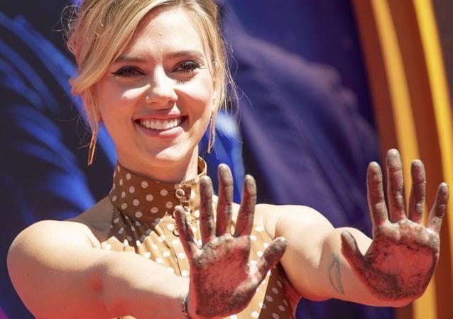 Scarlett Johansson, actriz estadounidense, tras colocar sus huellas frente al Chinese Theatre en Holywood (EEUU), el 23 de abril de 2019
