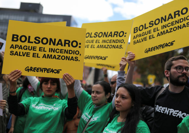 Manifestación en Bogotá contra la política ambiental del presidente de Brasil