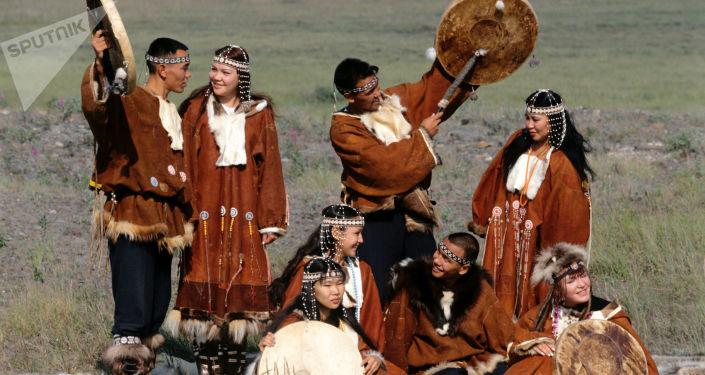 Habitantes de Chukotka en trajes nacionales