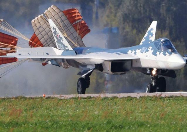Aterrizaje de un caza Su-57 durante los preparativos para el MAKS 2019