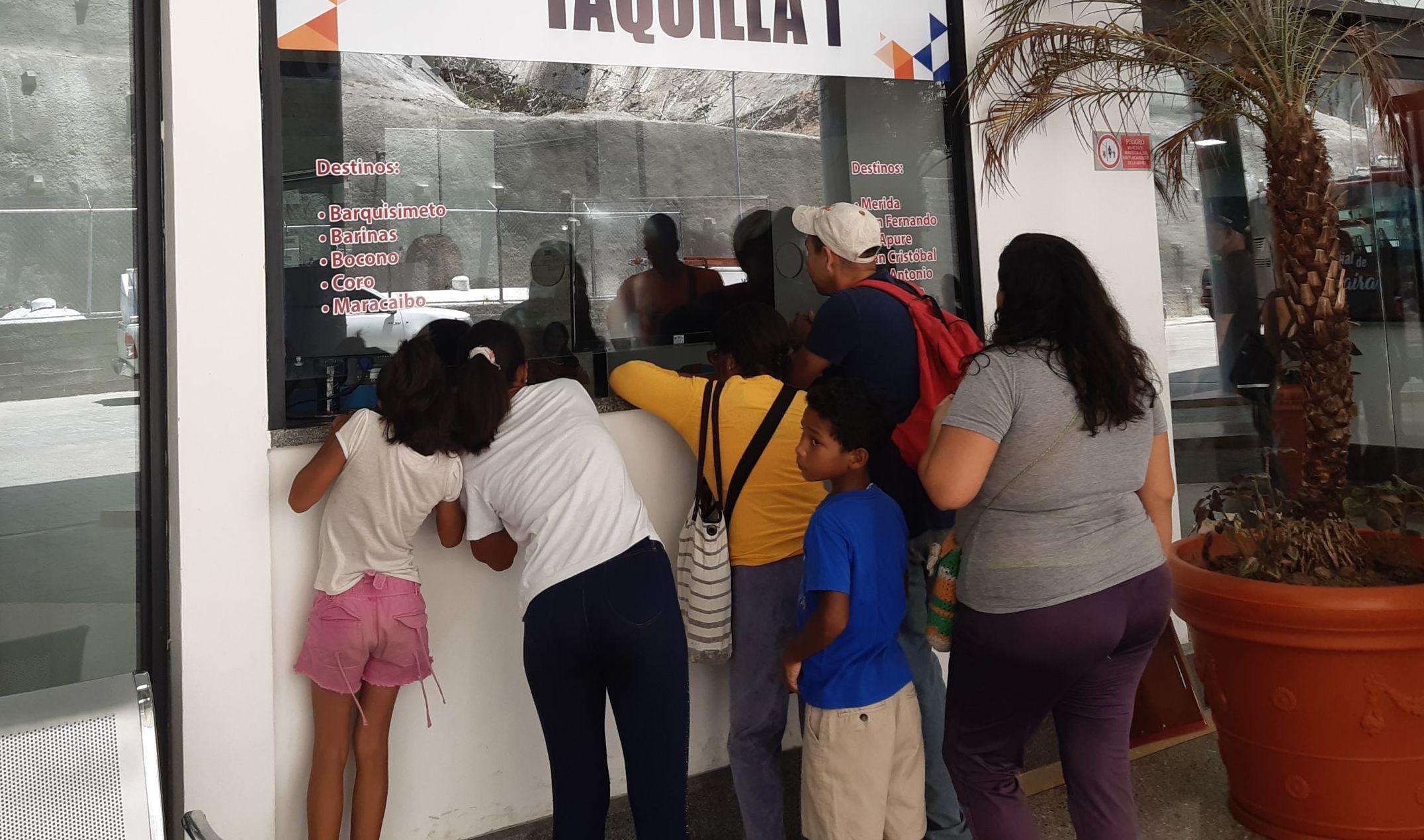 Los residentes del estado La Guaira compran sus boletos para viajar a otras regiones de Venezuela