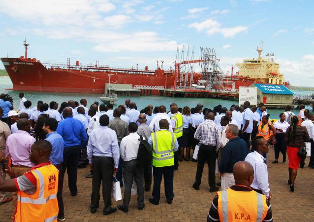 El petrolero Celsius Riga se prepara para zarpar del puerto de Mombasa con 200.000 barriles de petróleo