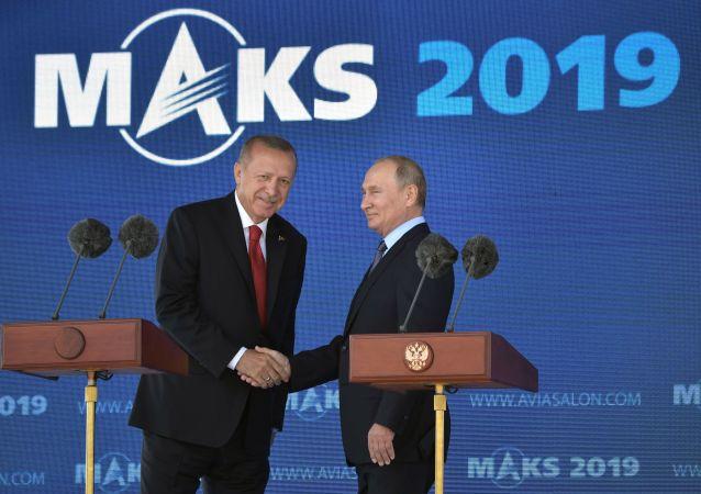 Los presidentes de Rusia y Turquía, Vladímir Putin y Recep Tayyip Erdogan, inauguran el MAKS 2019