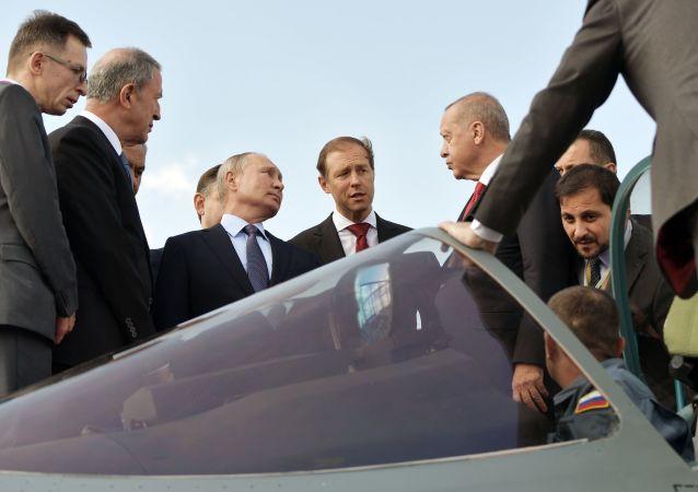 Los presidentes de Rusia y Turquía, Vladímir Putin y Recep Tayyip Erdogan, examinan el Su-57