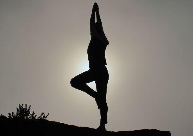 Una persona practicando yoga (imagen referencial)