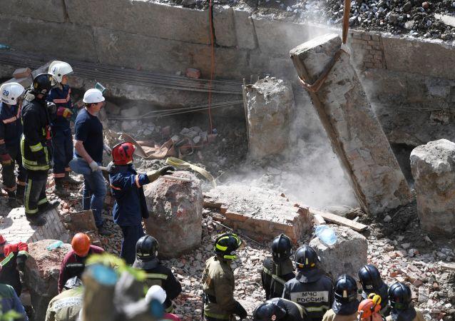 Rescatistas en el lugar del edificio colapsado en Novosibirsk