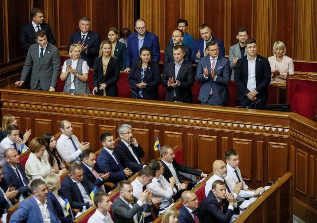 La primera sesión del Parlamento nuevo en Ucrania