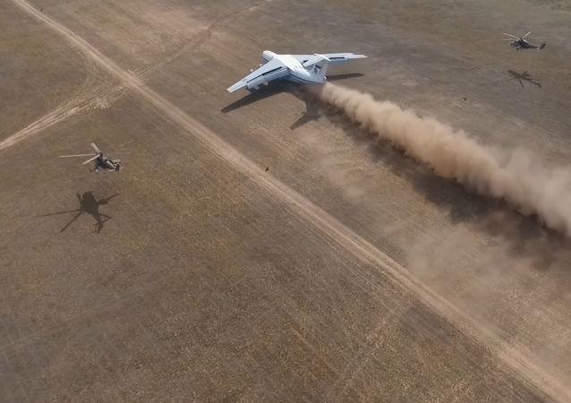 Así aterrizan los aviones de transporte en las estepas rusas