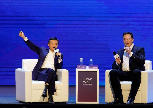 Elon Musk y Jack Ma en una conferencia en Shaghái