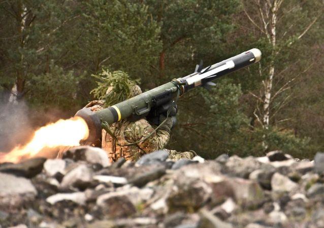 Soldado lanza un misil antitanque Javelin (archivo)