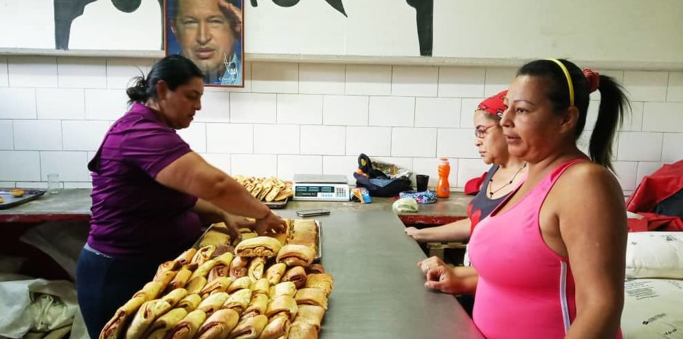 Las productoras de la panadería comunal de la Comuna Victoria Socialista, en Caracas, Venezuela