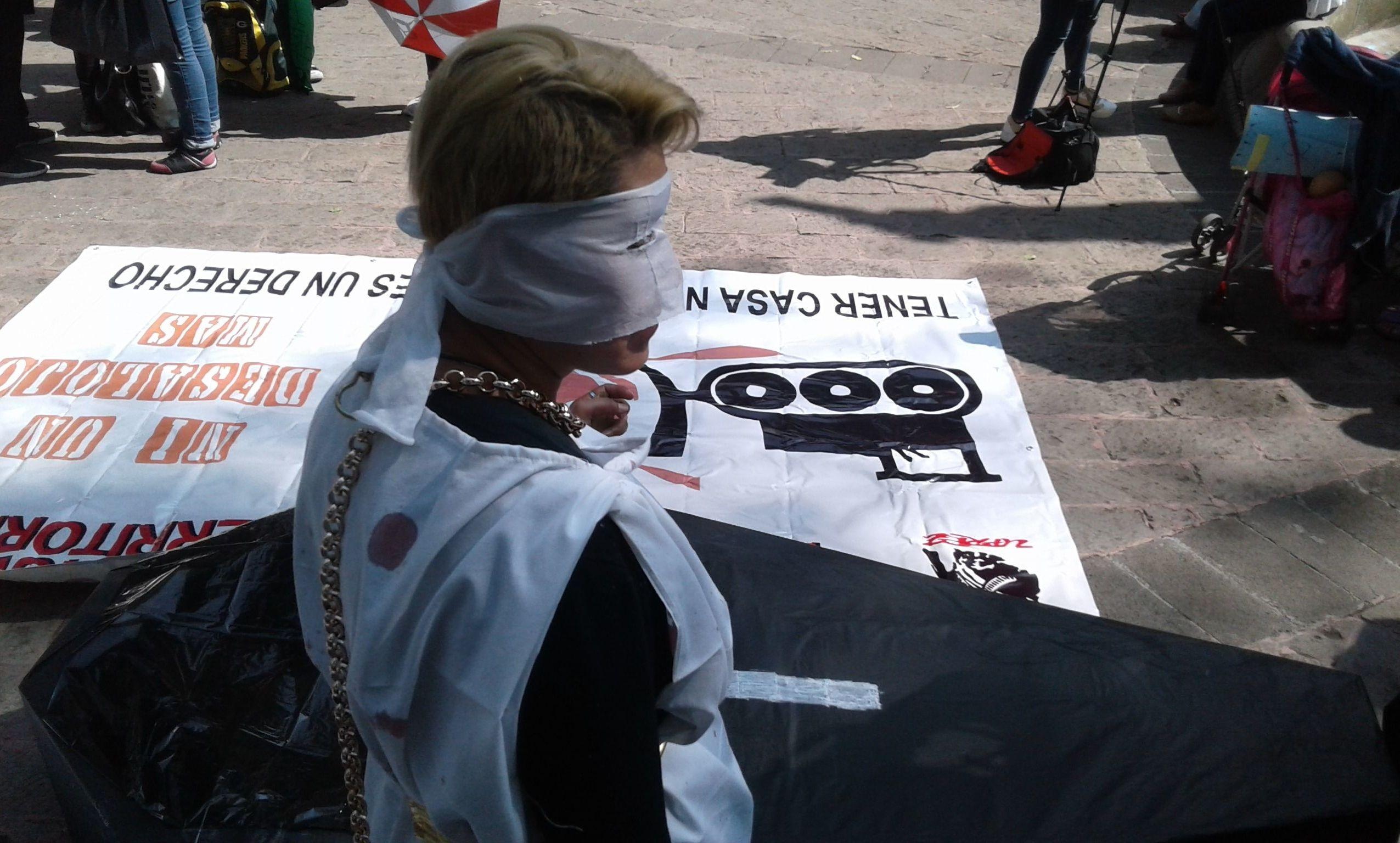 Representación de la justicia secuestrada por el capital inmobiliario durante la primera marcha contra la gentrificación de la ciudad de México