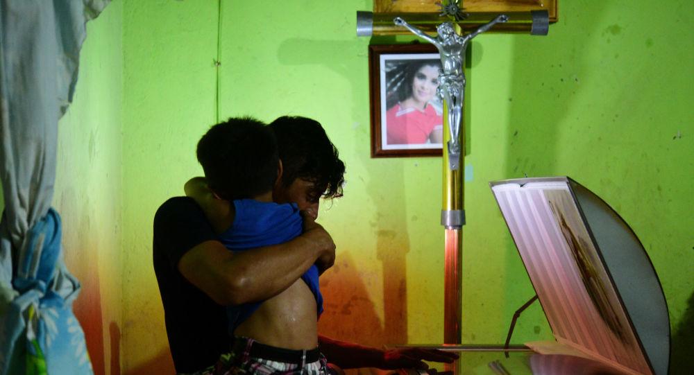 Los parientes reaccionan junto al ataúd de Xóchitl Nayely Irineo Gómez