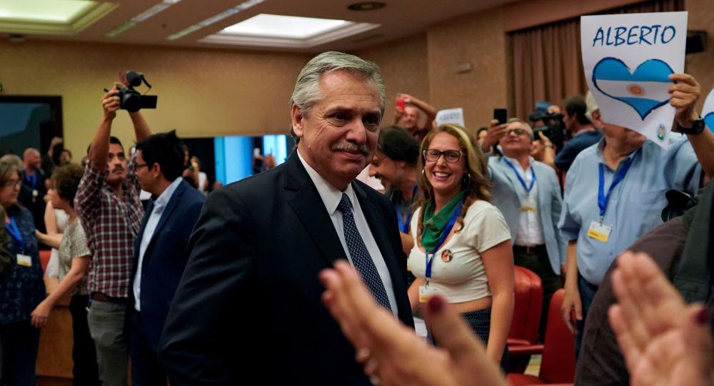 Alberto Fernández recibido por simpatizantes durante una conferencia en el Congreso de los Diputados de España