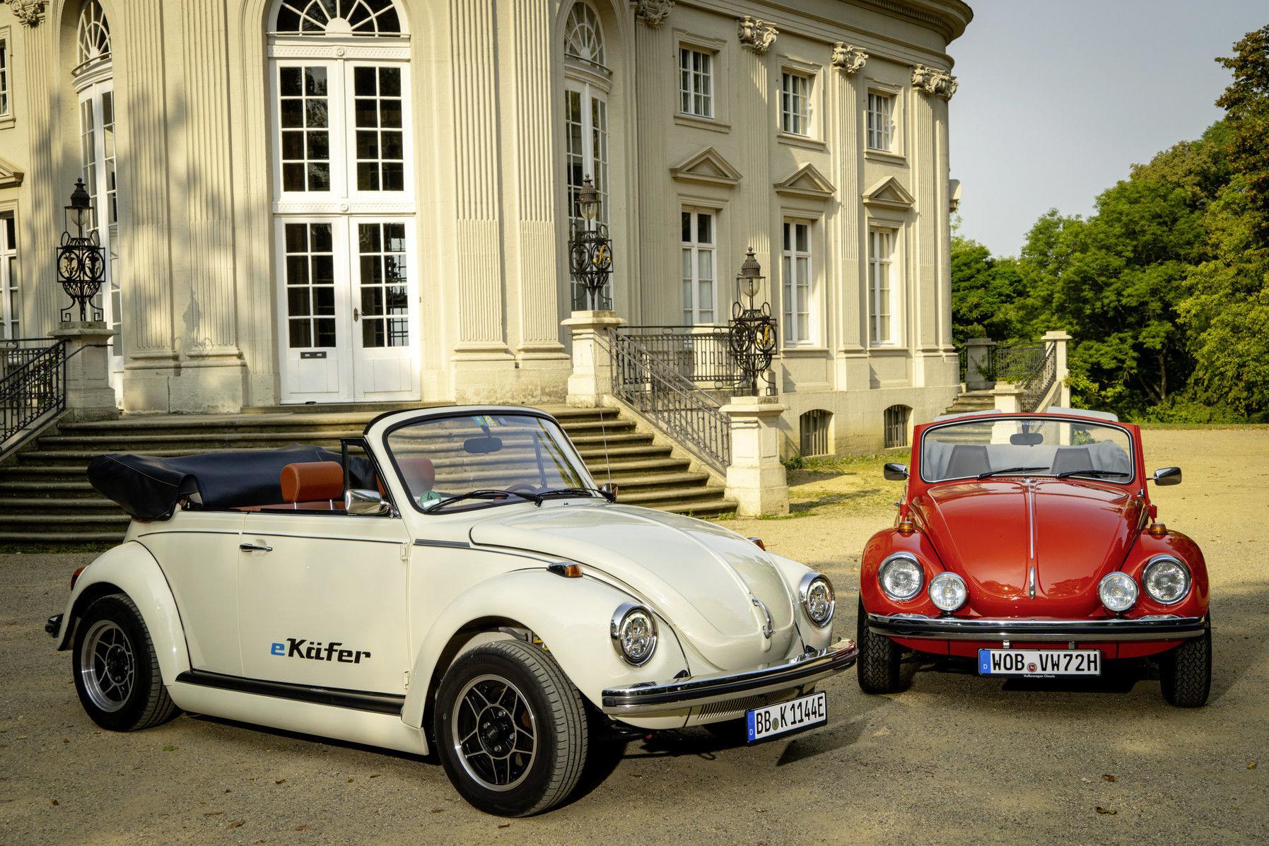Un modelo del Beetle eléctrico junto a uno tradicional