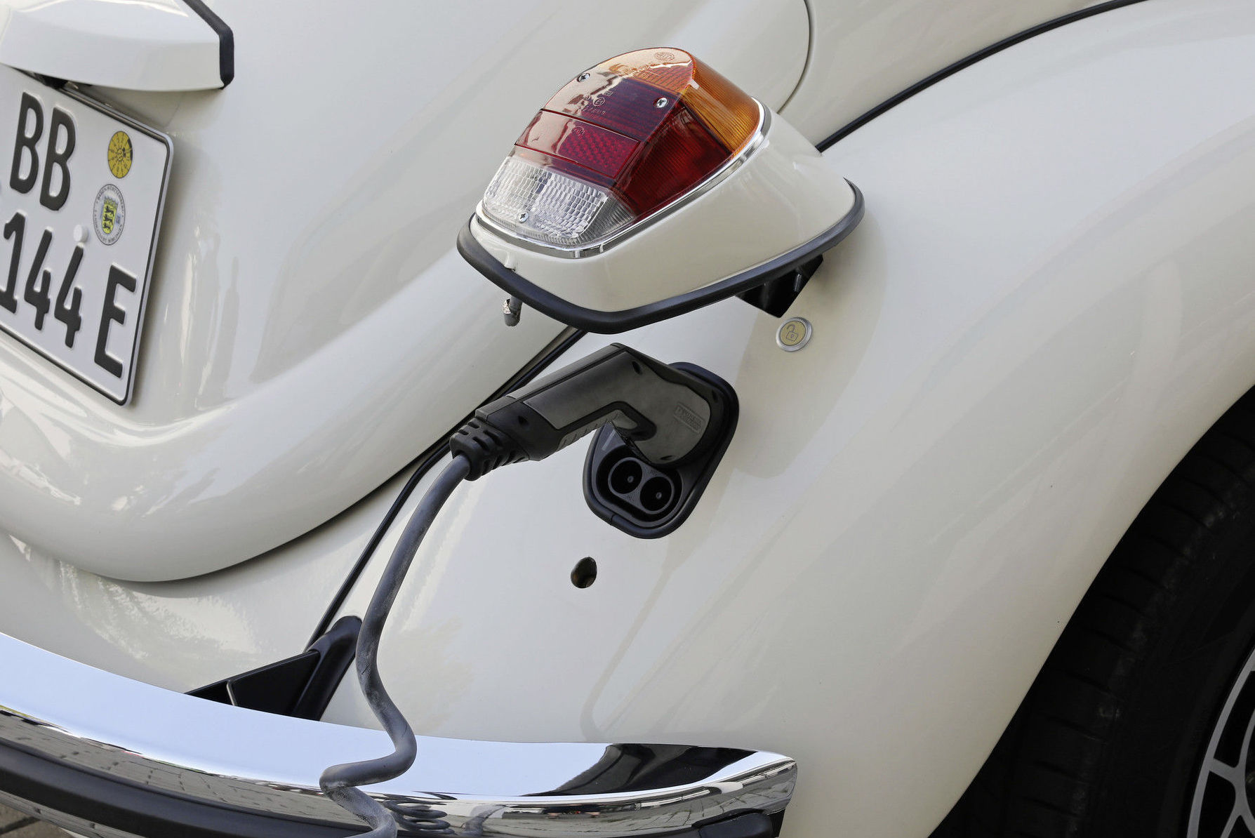 Los nuevos Beetles eléctricos se cargan por su parte trasera