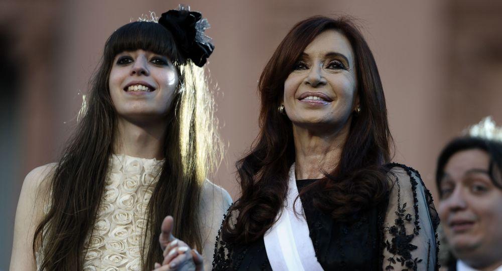 La senadora y expresidenta de Argentina, Cristina Fernándes de Kirchner, junto a su hija, Florencia Kirchner
