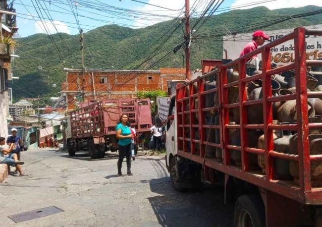 Carga y descarga de bombones de la empresa de propiedad social directa comunal gas de Antímano, Caracas, Venezuela