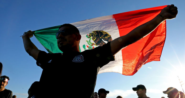 Un hombre con la bandera de México