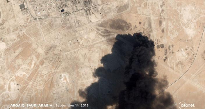 Imagen satelital muestra el humo en las refinerias saudíes Aramco tras el ataque con drones