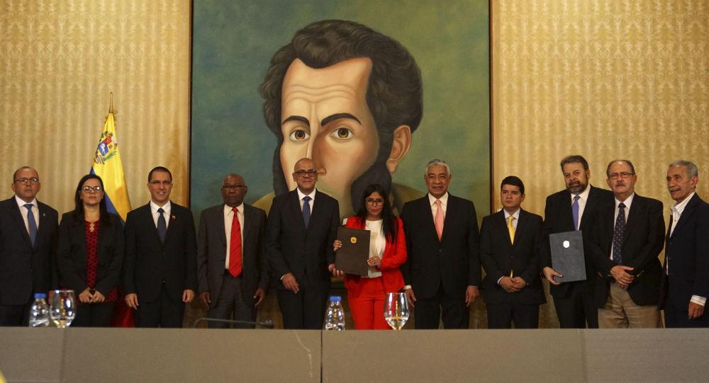 Las autoridades del Gobierno venezolano y de la oposición después de firmar un acuerdo